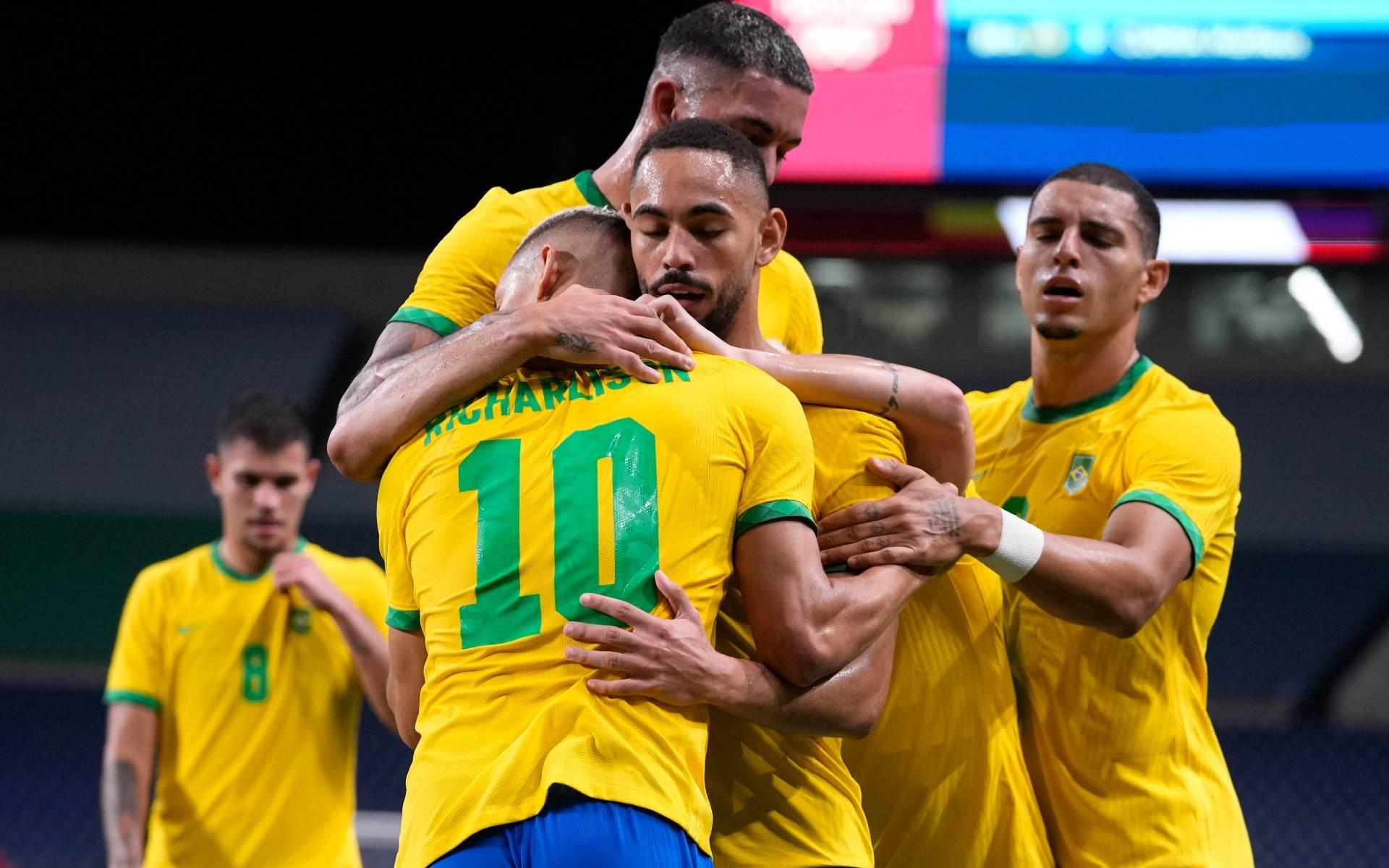 Jogadores do Brasil comemoram gol contra Egito nas quartas de final do futebol