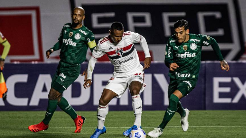 Marquinhos, do São Paulo, em lance da partida contra Felipe Melo, do Palmeiras