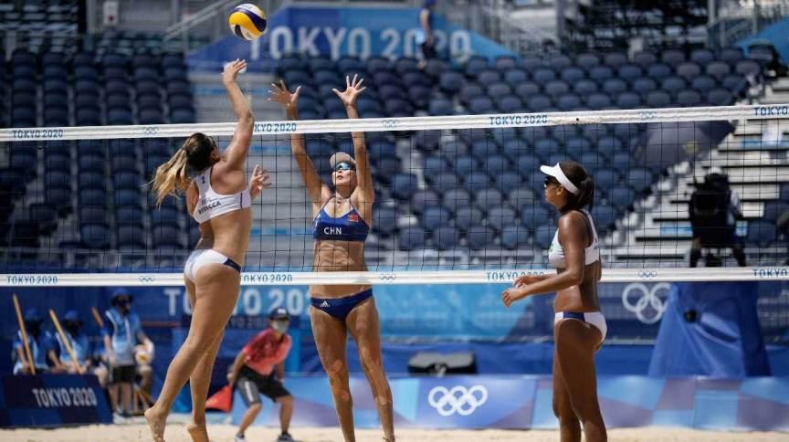 Rebecca em lance do jogo contra as chinesas Wang e Xia nas oitavas de final das Olimpíadas