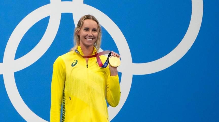 Emma McKeon, nadadora da Austrália, com um de seus ouros em Tóquio