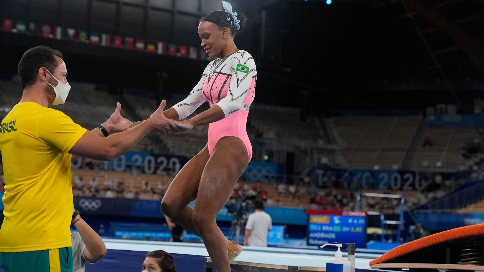 Após dois saltos bem executados, Rebeca Andrade cumprimenta seu treinador