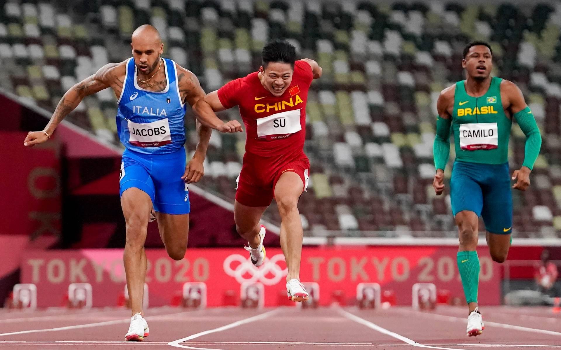Chinês Su Bingtian (C) fez melhor tempo nas semisfinais dos 100m