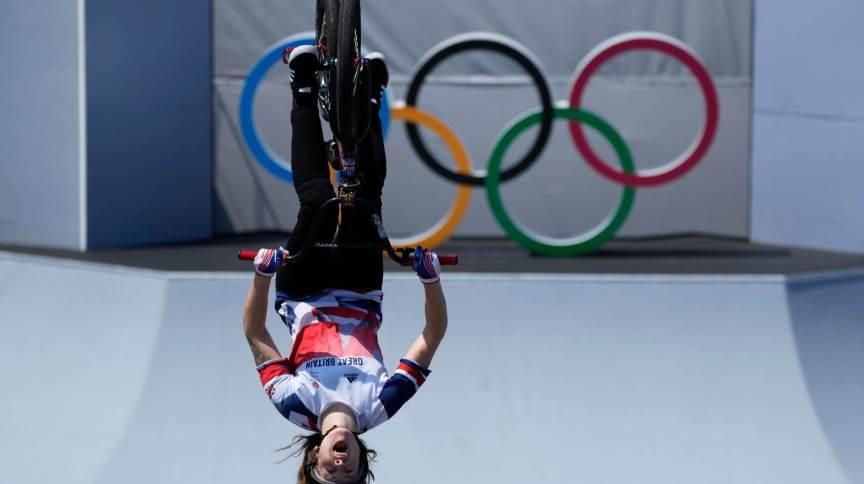 Charlotte Worthington é a 1ª mulher a dar backflip 360 ??graus em competição de ciclismo BMX
