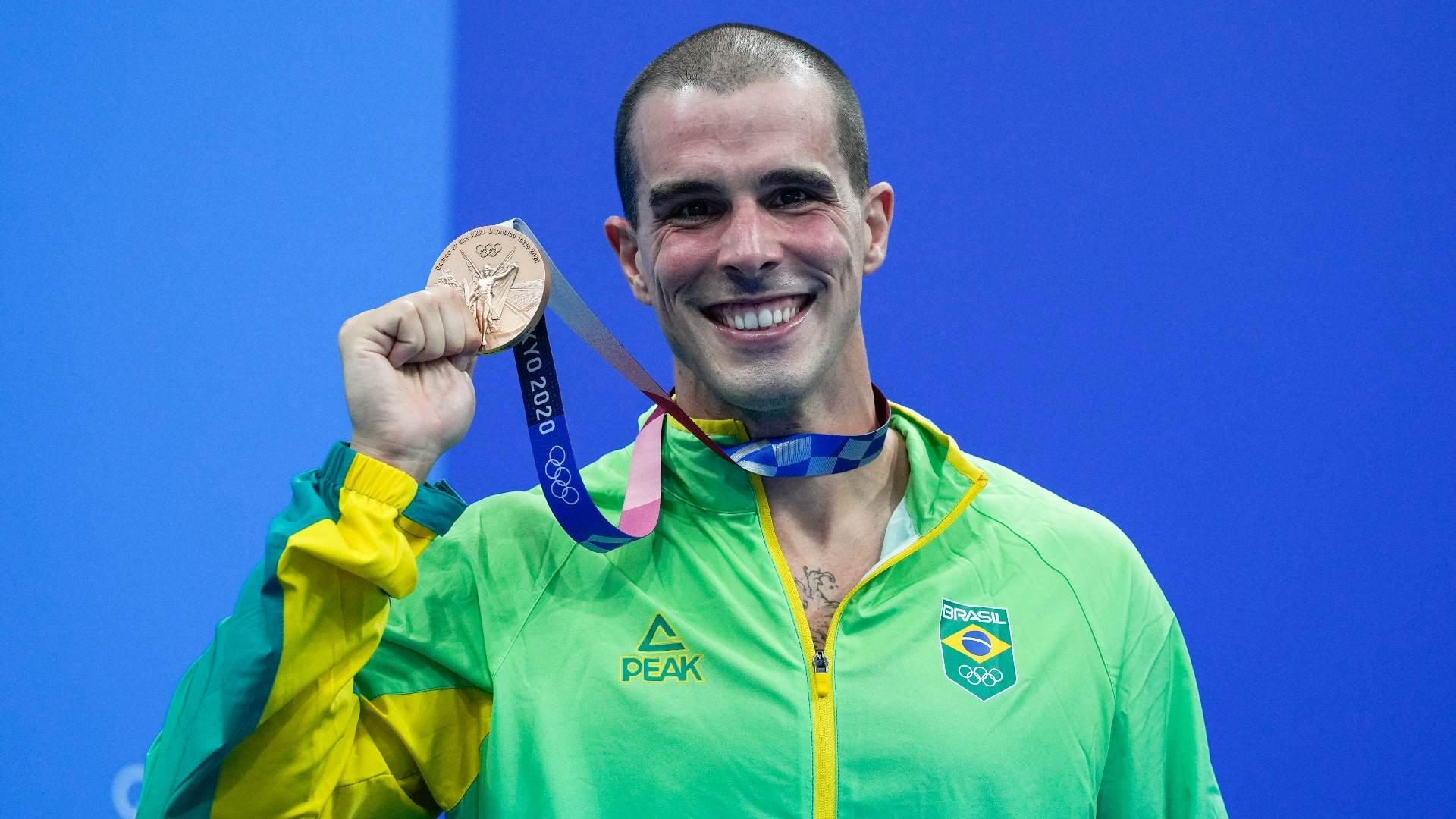 Bruno Fratus celebra medalha de bronze conquistada nos 50m livre em Tóquio