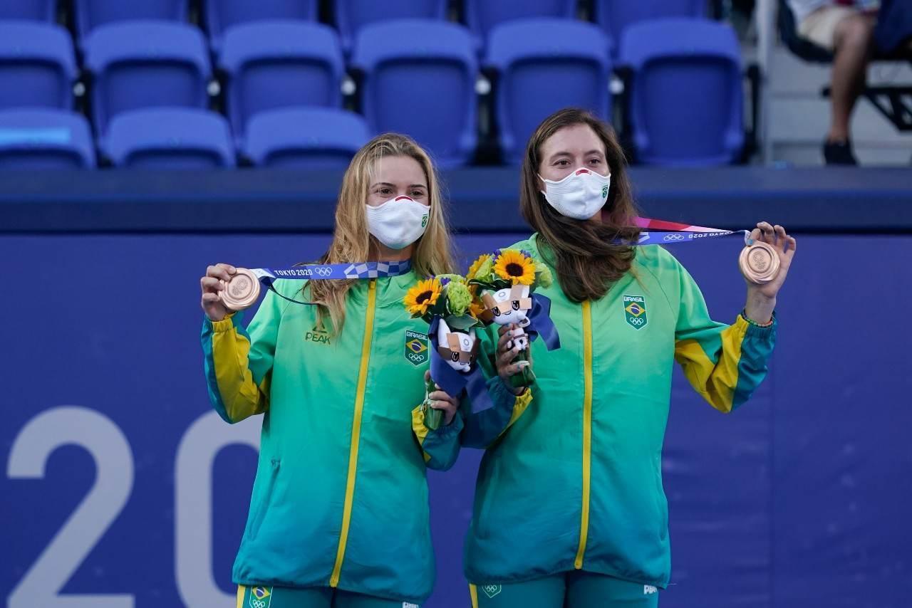 Laura Pigossi e Luisa Stefani seguram suas medalhas bronze no pódio do tênis