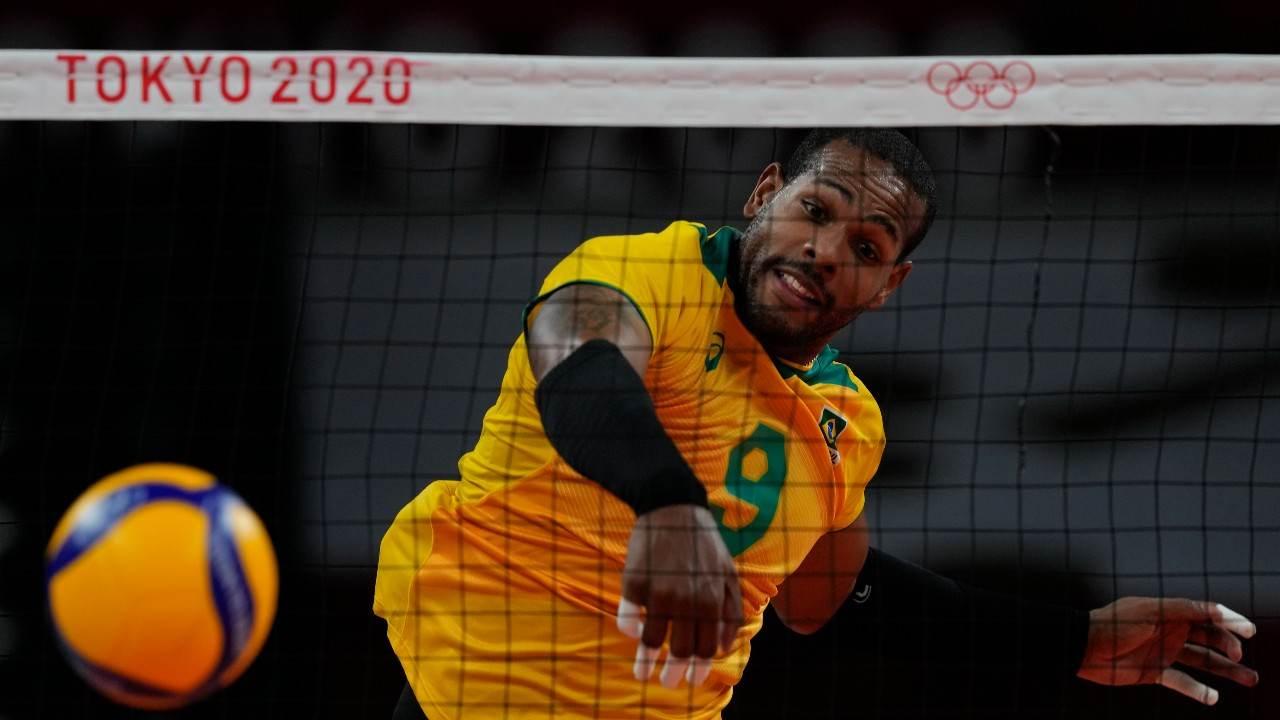 Jogador Leal, da seleção brasileira, dá uma cortada em jogo das Olimpíadas