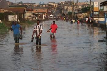 Lagos, na Nigéria, sofre com enchentes e aumento do nível do mar agravados por drenagem inadequada, crescimento desordenado e mudanças climáticas