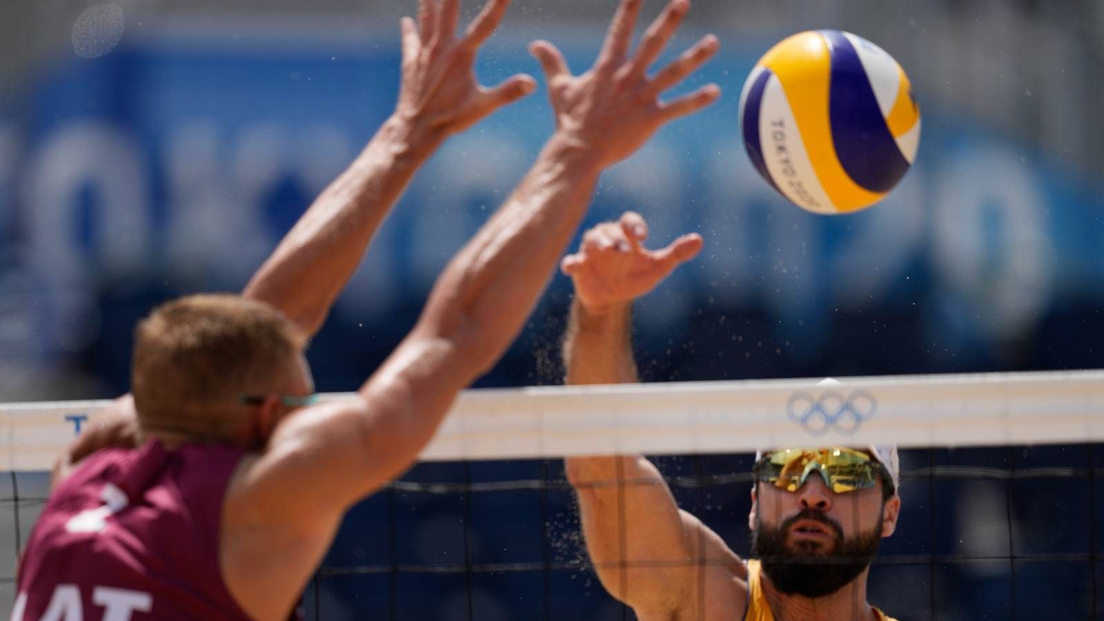 Bruno Schmidt ataca durante partida contra dupla da Letônia nas Olimpíadas