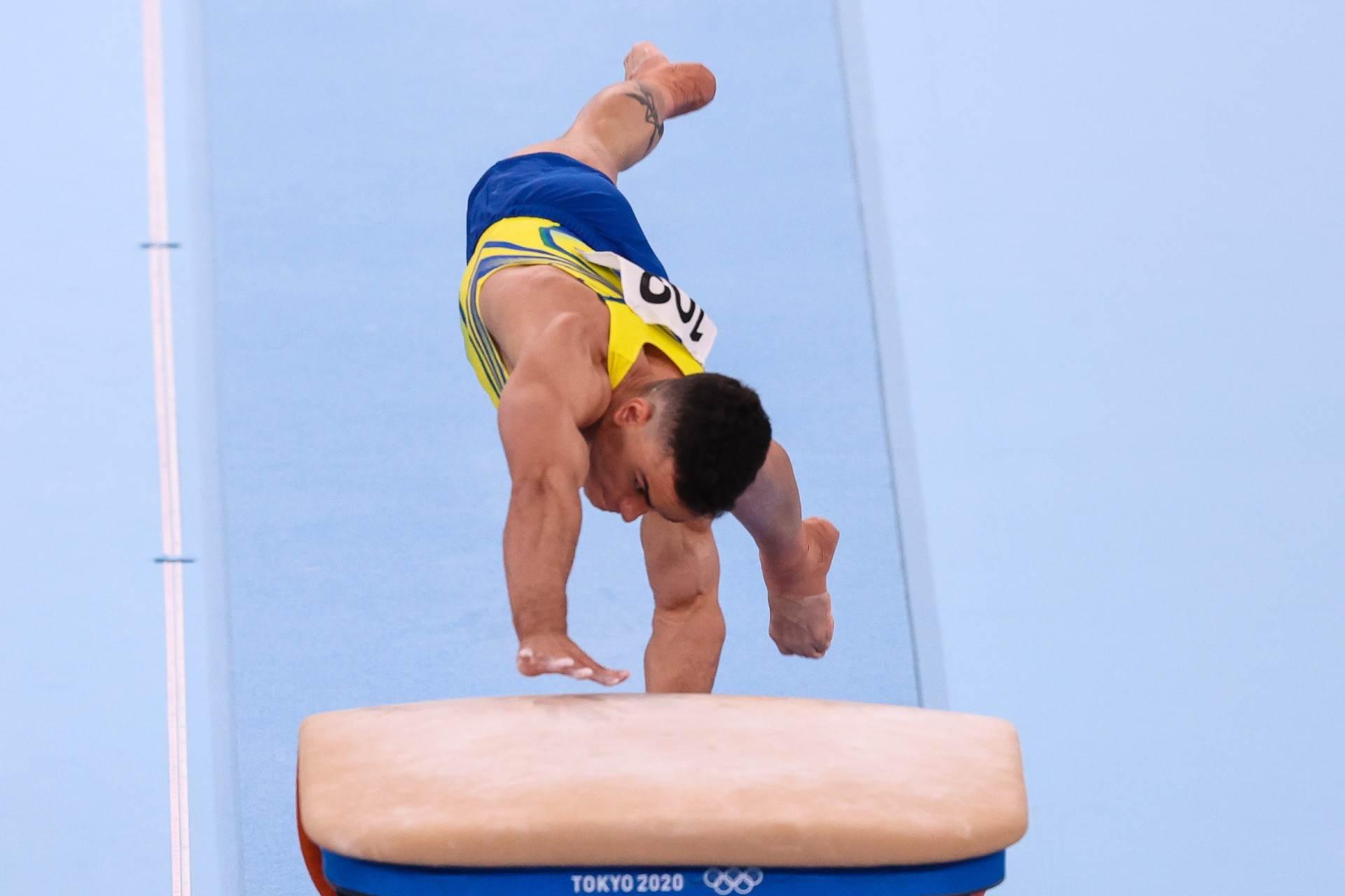 Caio Souza em um de seus saltos na final masculina do aparelho nas Olimpíadas