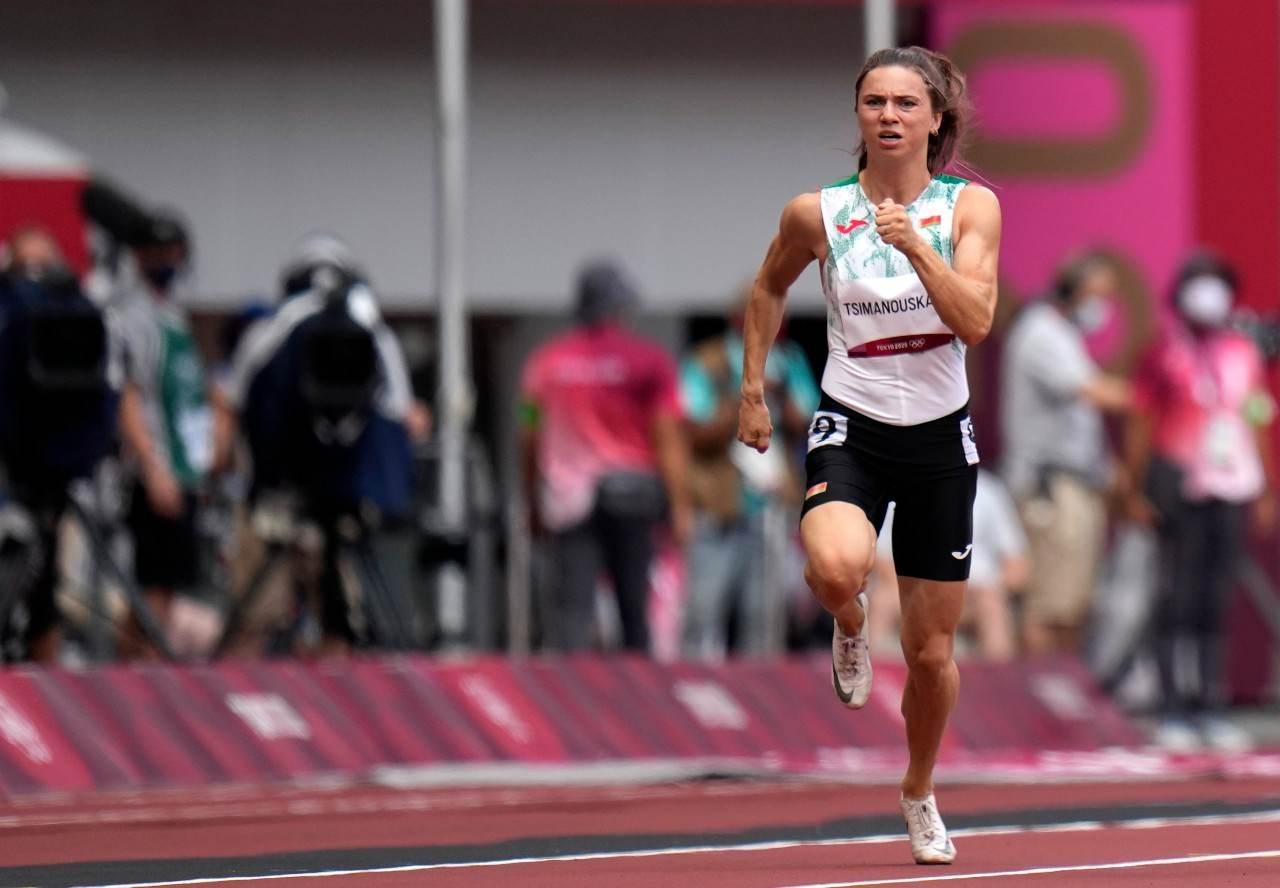 A velocista de Belarus Krytsina Tsimanouskaya corre na raia olímpica