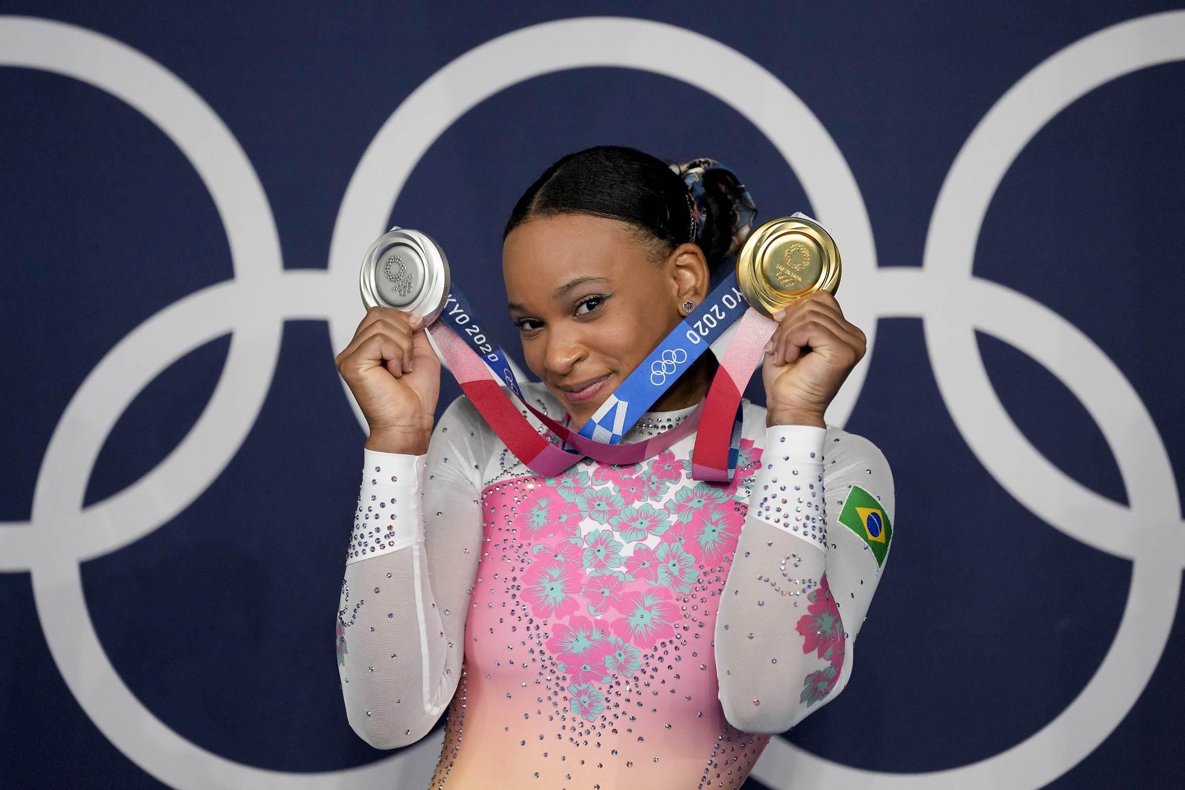 Brasileira Rebeca Andrade com as duas medalhas conquistadas nas Olimpíadas 2020