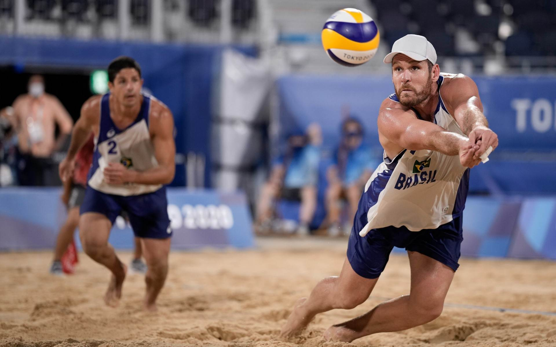 Alison (D) e Álvaro venceram dupla mexicana nas oitavas do vôlei de praia