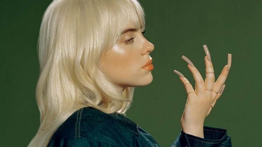 """A cantora Billie Eilish em uma imagem promocional de seu segundo álbum de estúdio, """"Happier Than Ever"""""""