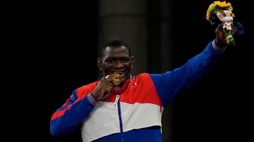 Cubano Mijain Lopes Nunez comemora a quarta medalha de ouro em Olimpíadas