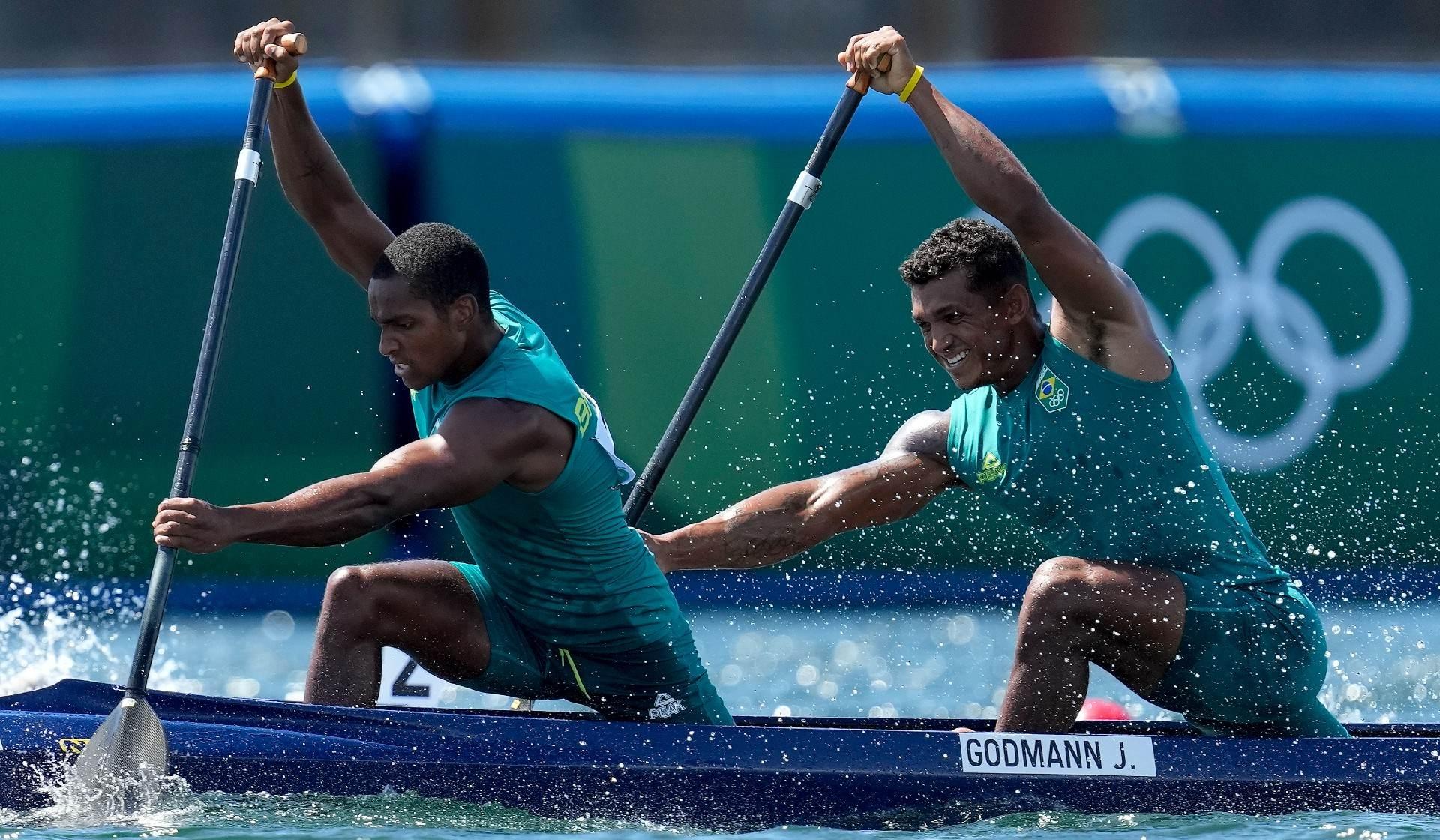 Jacky Godmann e Isaquias Queiroz na semifinal da canoagem, em Tóquio