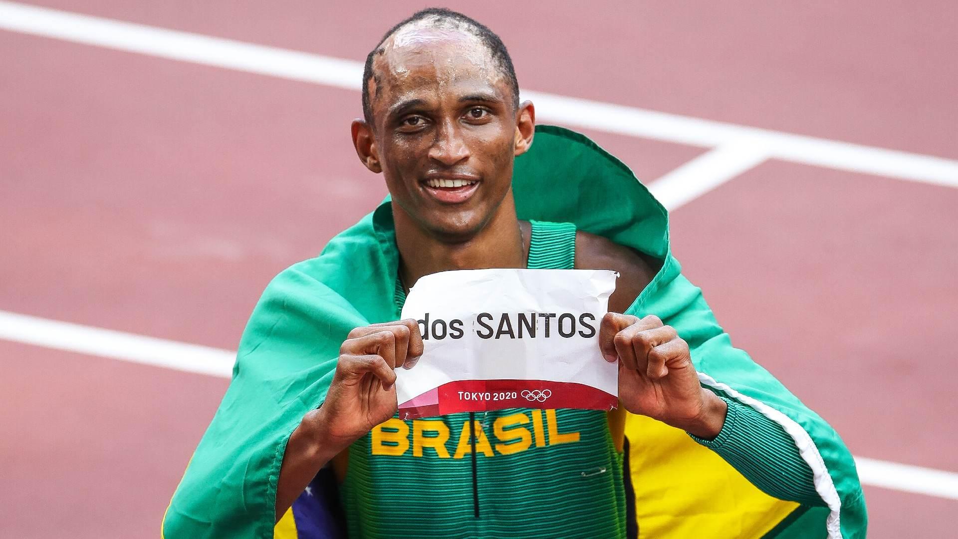 Alison dos Santos comemora o bronze nos 400m com barreiras