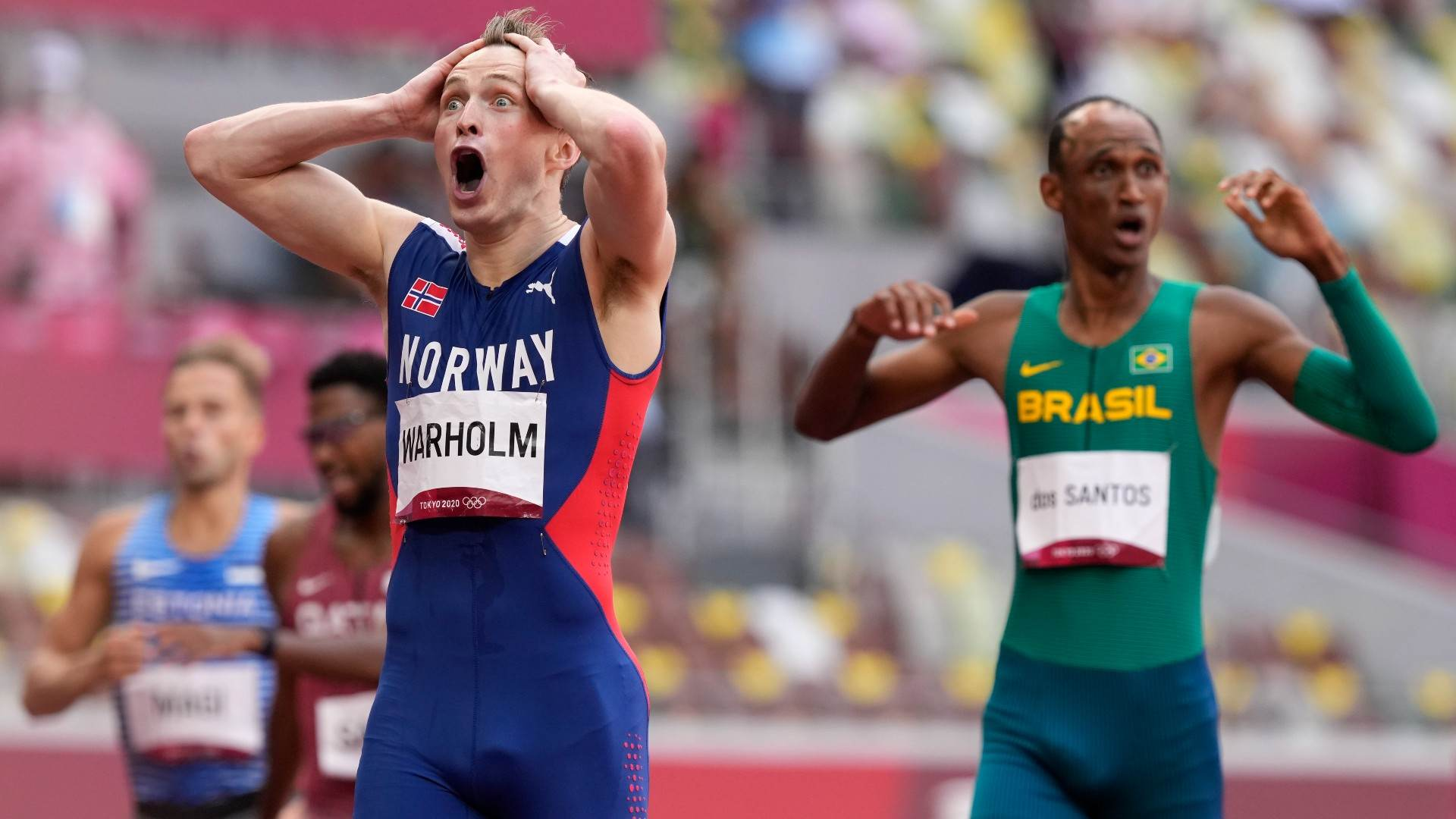 Karsten Warholm e Alison dos Santos na chegada da final dos 400m com barreiras