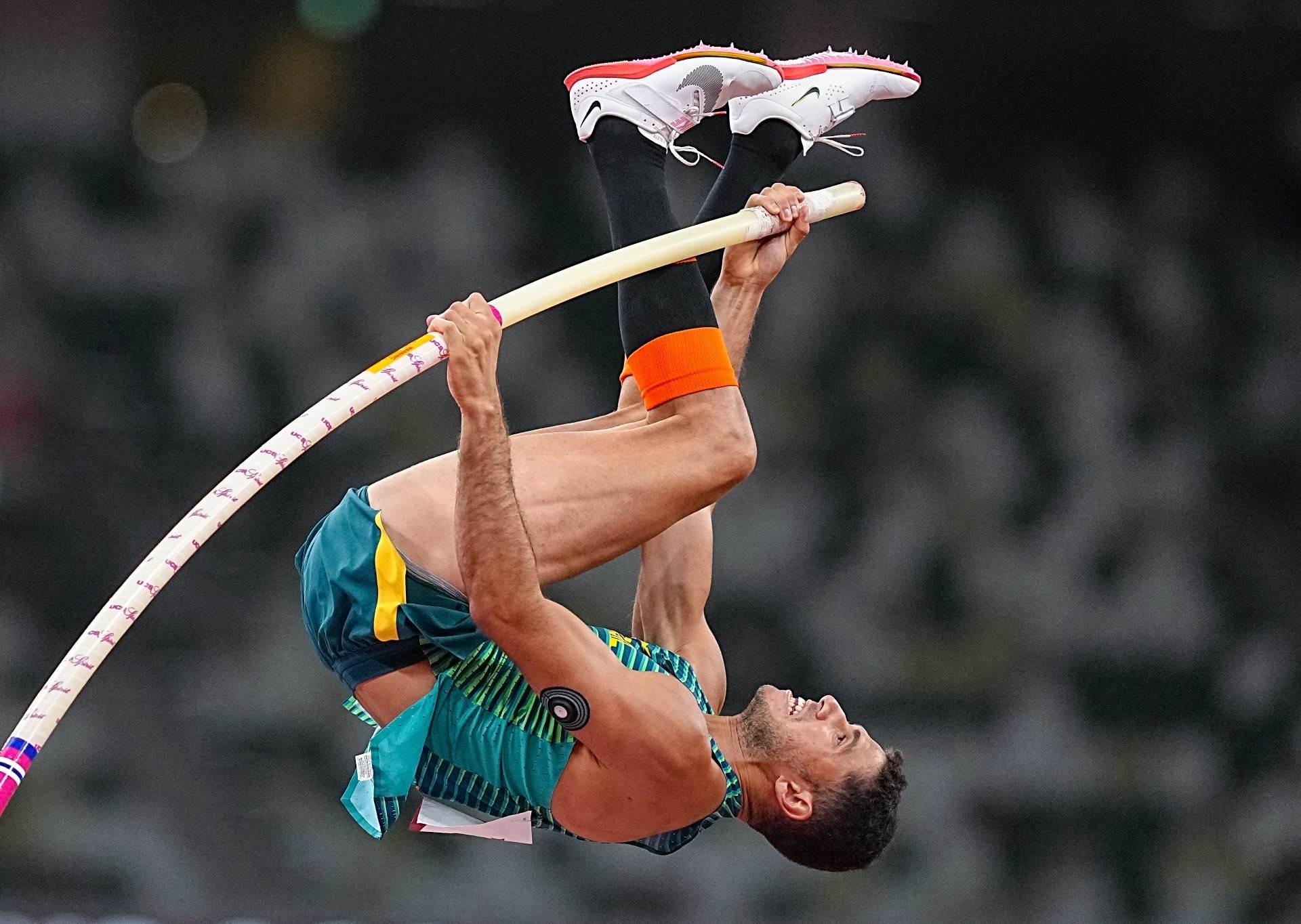 Thiago Braz saltou 5,87m, melhor marca do ano, e ficou com medalha de bronze