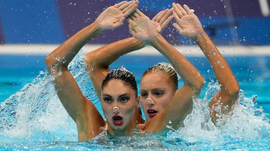Gregas Maria Elli Lela Alzigkouzi Kominea e Evangelia Papazoglou competem no nado artístico