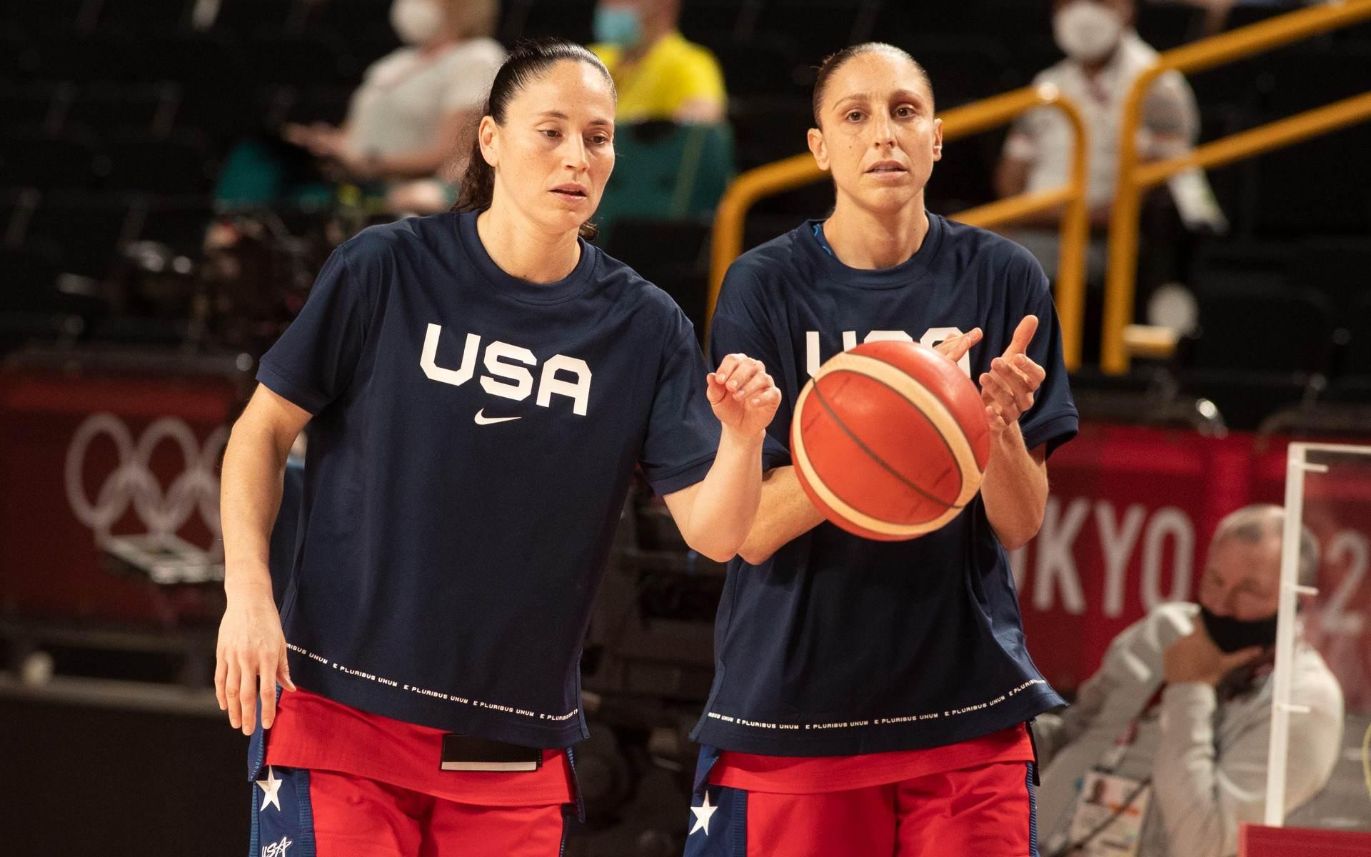 Sue Bird e Diana Taurasi, dos EUA, na fase preliminar do basquete feminino