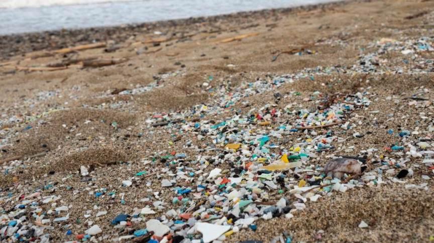 Tempestade traz plástico e microplástico para areias de praia da Itália: mundo produz cerca de 400 milhões de toneladas de plástico por ano