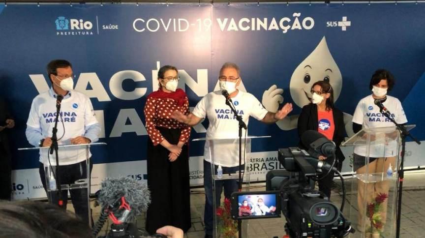 O ministro da Saúde, Marcelo Queiroga, participou de evento na comunidade da Maré, no Rio de Janeiro, nesta terça-feira (3)