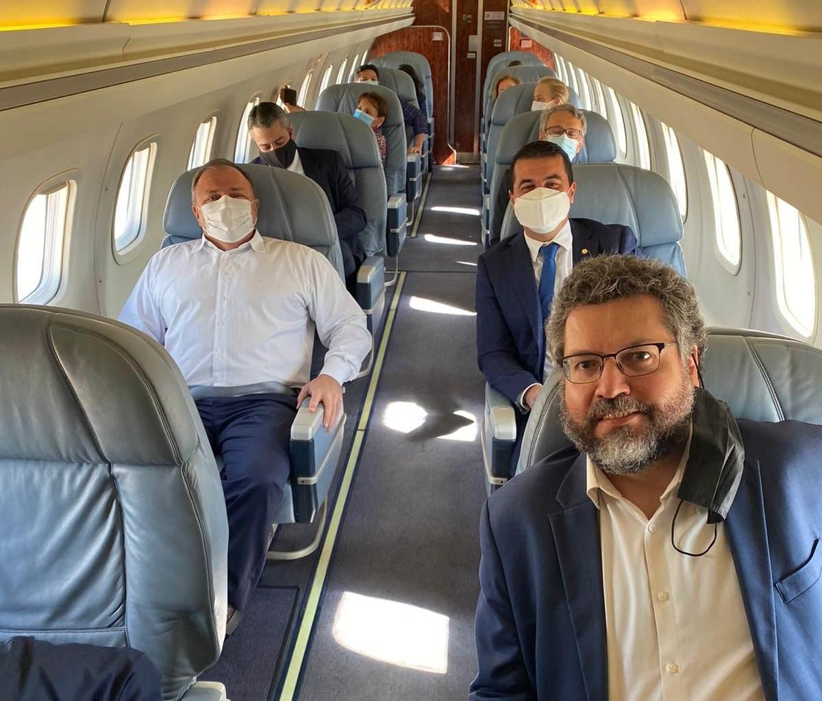 Foto de Pazuello em voo com Luis Miranda