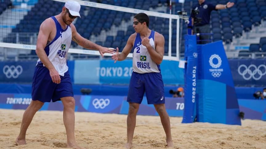 Alison e Álvaro foram eliminados pelo time da Letônia no vôlei de praia
