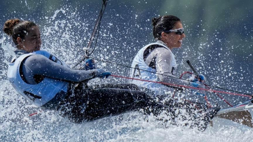 Fernanda Oliveira e Ana Luiza Barbachan competem em etapa da classe 470 da vela nas Olimpíadas de Tóquio