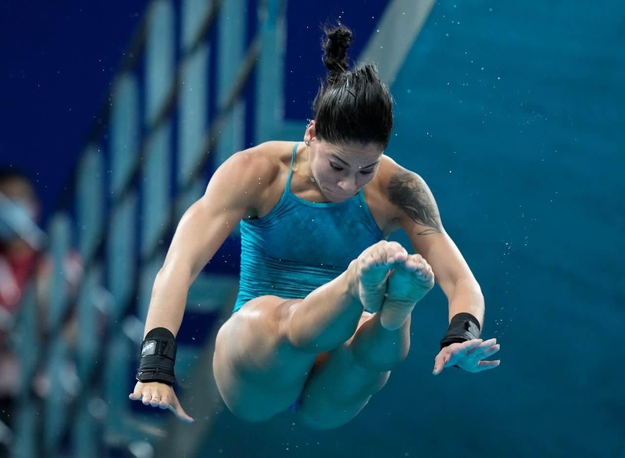 Ingrid Oliveira segura as pernas durante salto ornamental nas Olimpíadas