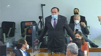 Reinhold Stephanes Junior (PSD-PR) entrou no plenário da comissão e, segundo o senador Randolfe, ele estaria gravando um vídeo com desacato à CPI