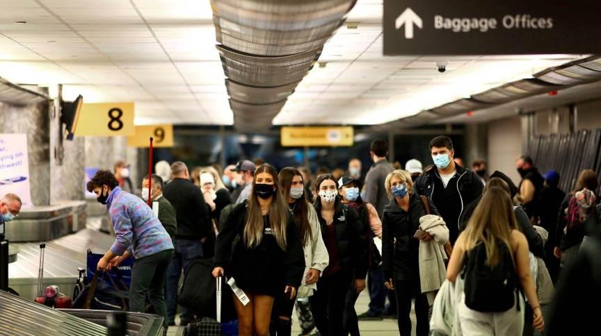 Passageiros recolhem bagagem no aeroporto de Denver, nos Estados Unidos