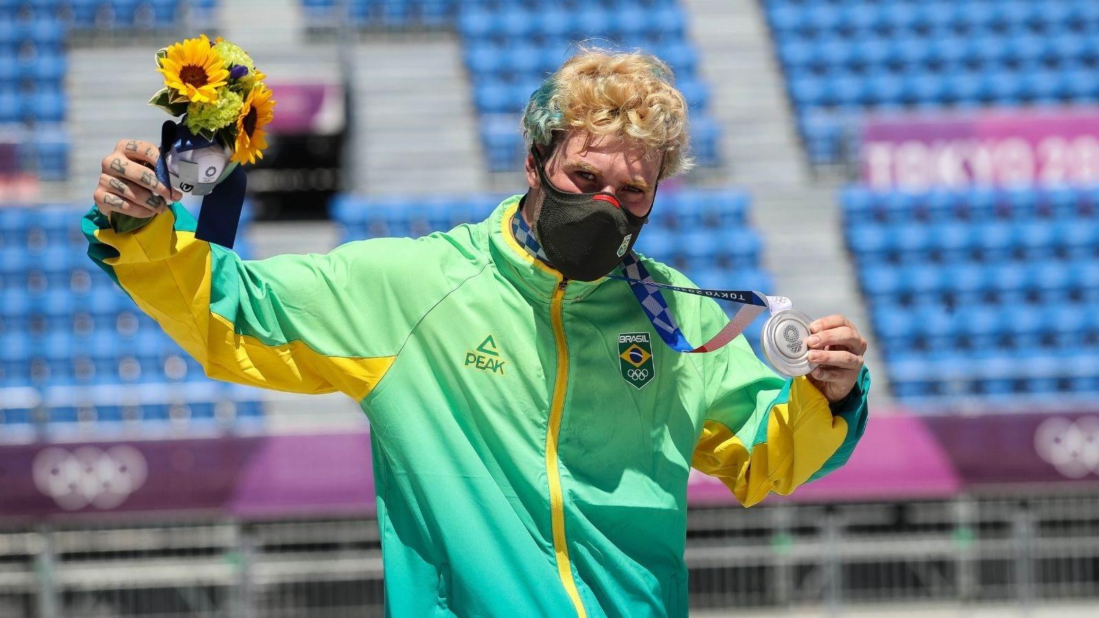Pedro Barros celebra a conquista da medalha de prata no skate park