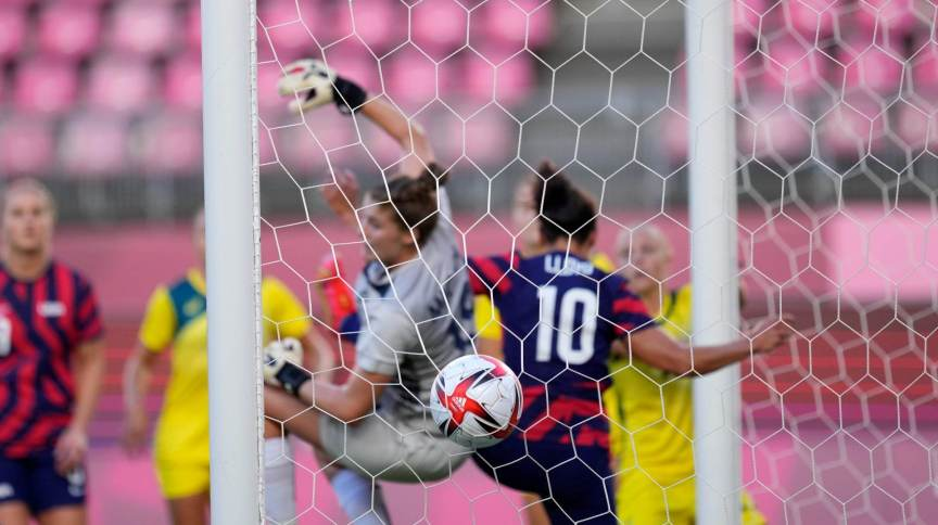 Megan Rapinoe, dos EUA (fora da imagem), abriu placar na disputa pelo bronze do futebol feminino com gol olímpico