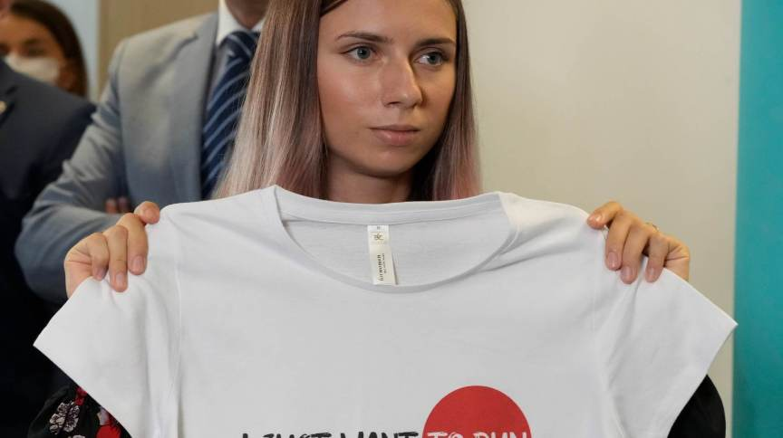 Na Polônia, Krystsina Tsimanouskaya exibe camisa com a frase 'eu só quero correr'