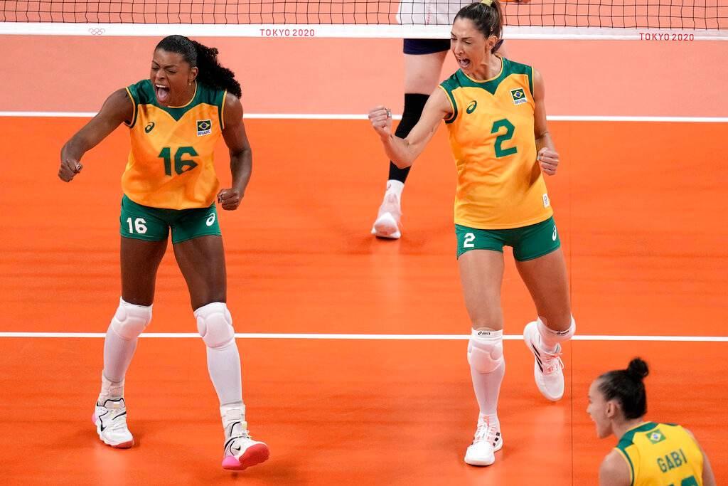 Jogadoras do Brasil vibram com punhos fechados em jogo de vôlei