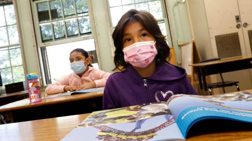 Criança usando máscara em escola dos Estados Unidos
