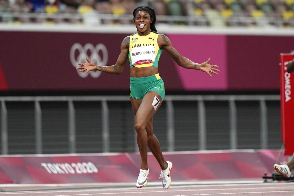 Elaine Thompson-Herah comemora a medalha de ouro na final dos 200m femininos