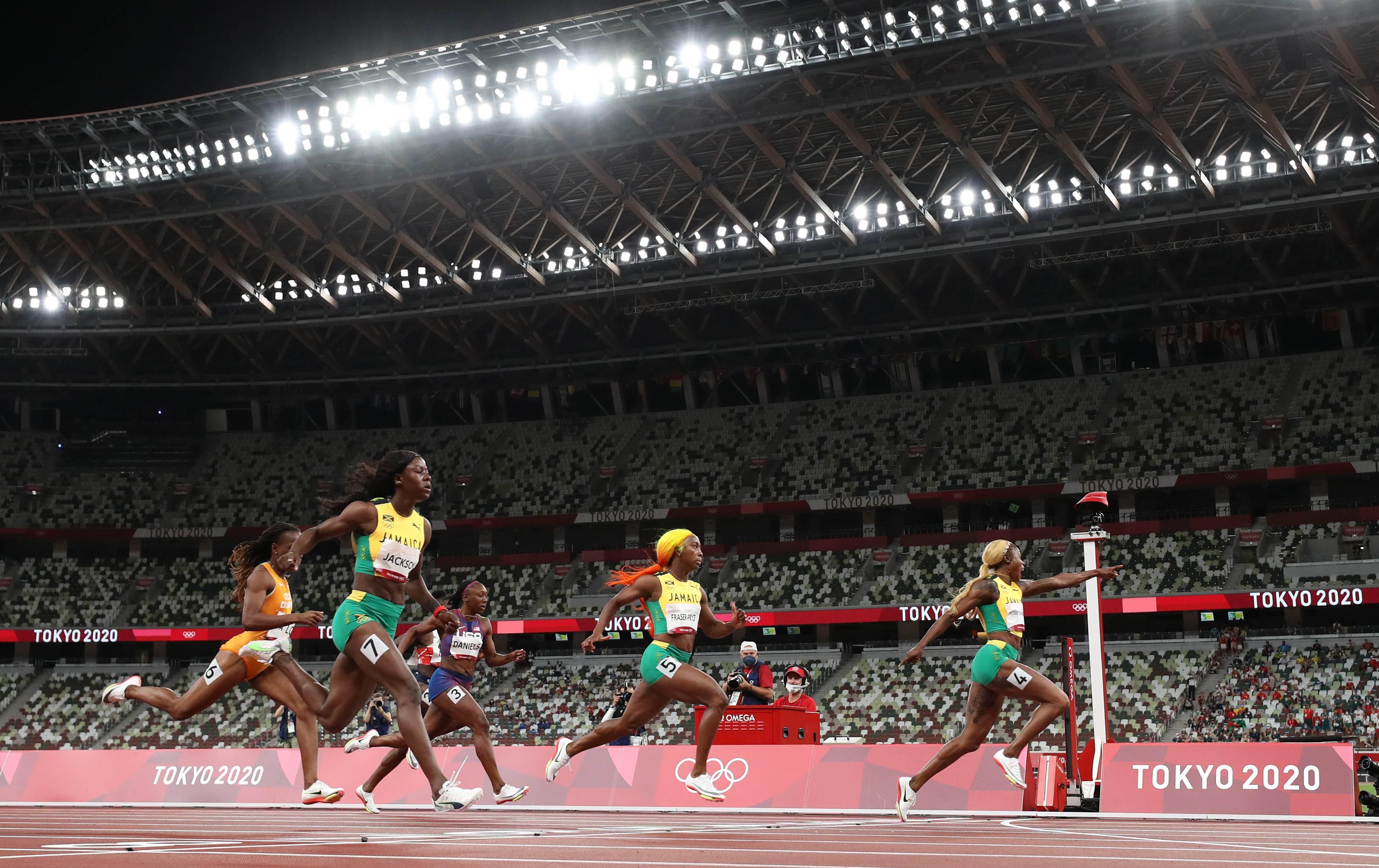 Thompson-Herah (D), Fraser-Pryce e Jackson cruzam linha nos 100m rasos