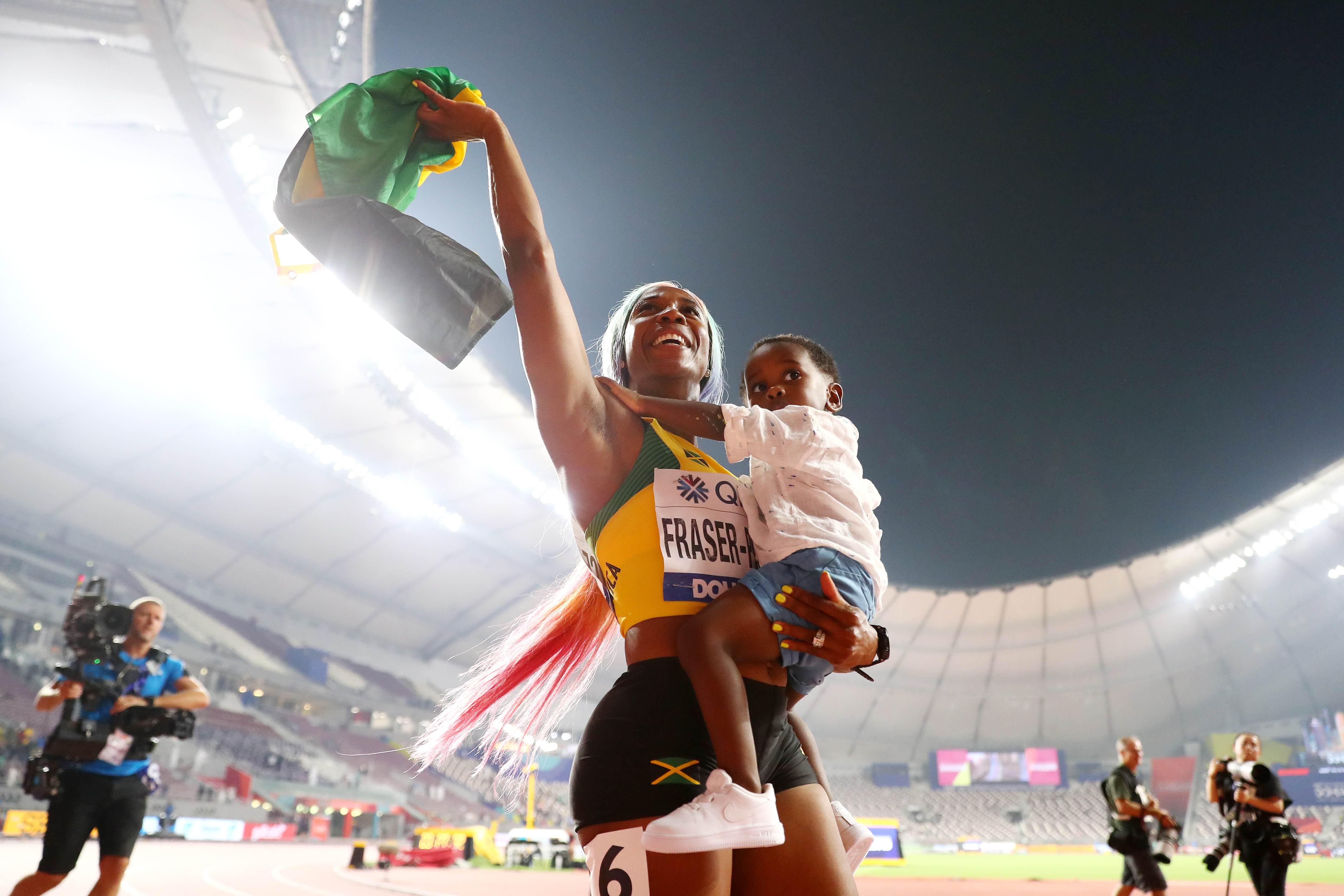 Shelly-Ann Fraser-Pryce, da Jamaica, comemora retorno às pistas com filho Zyon