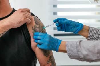Dr. Anthony Fauci citou dois estudos baseados em Israel que mostram diminuição de infecção pela Covid-19 por quem recebeu a 3ª dose da vacina