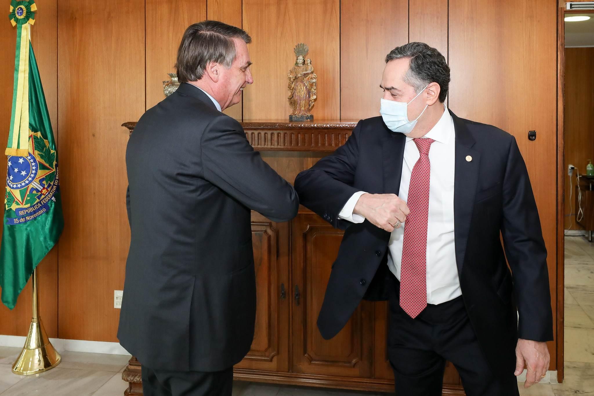Ministro do STF Luís Roberto Barroso e Jair Bolsonaro se cumprimentam