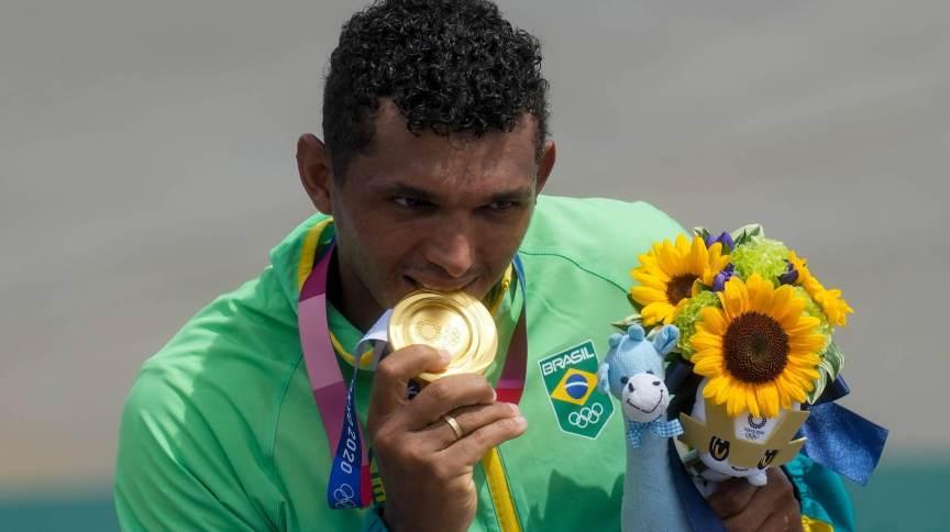 Isaquias Queiroz recebe a medalha de ouro após a conquista na canoagem