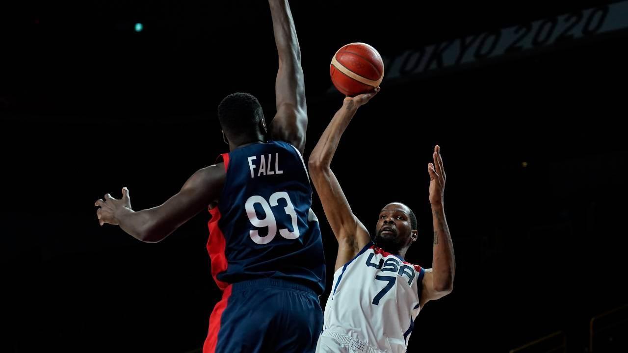 Kevin Durant (EUA) e Moustapha Fall (França)