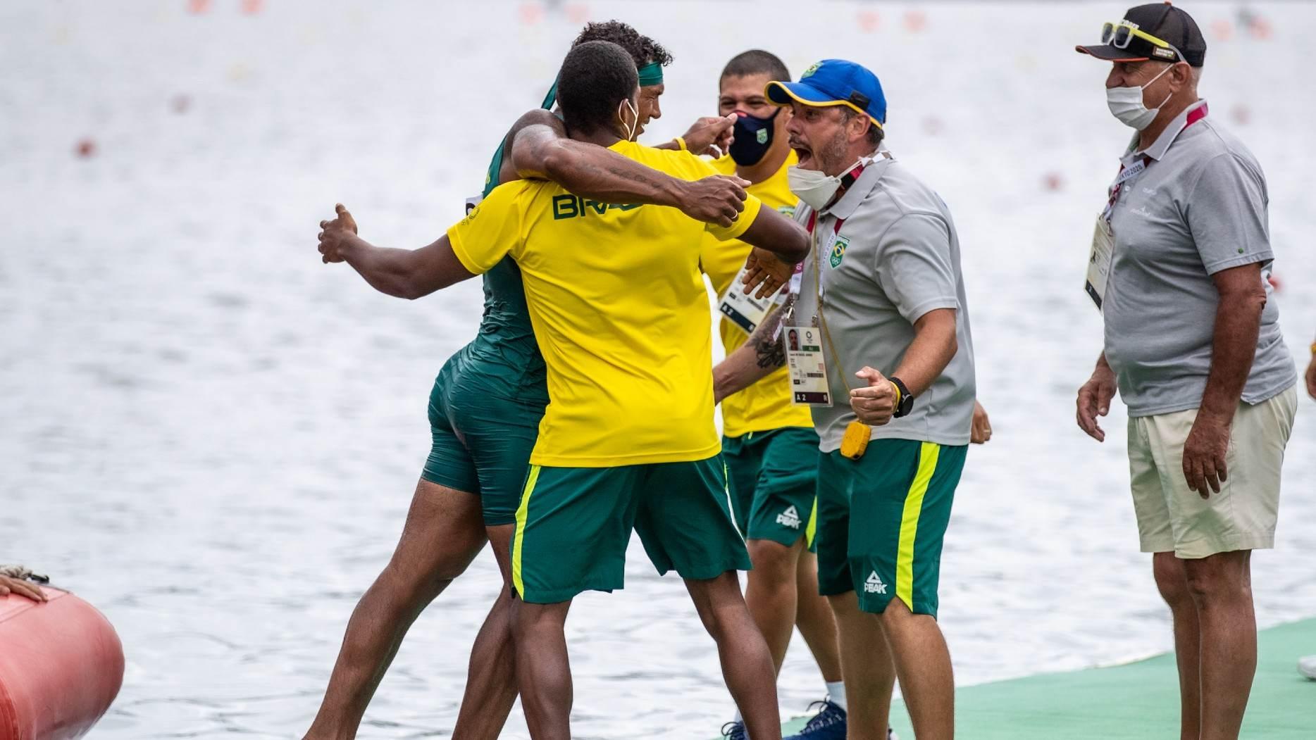 Isaquias Queiroz comemora o ouro olímpico com a equipe da canoagem