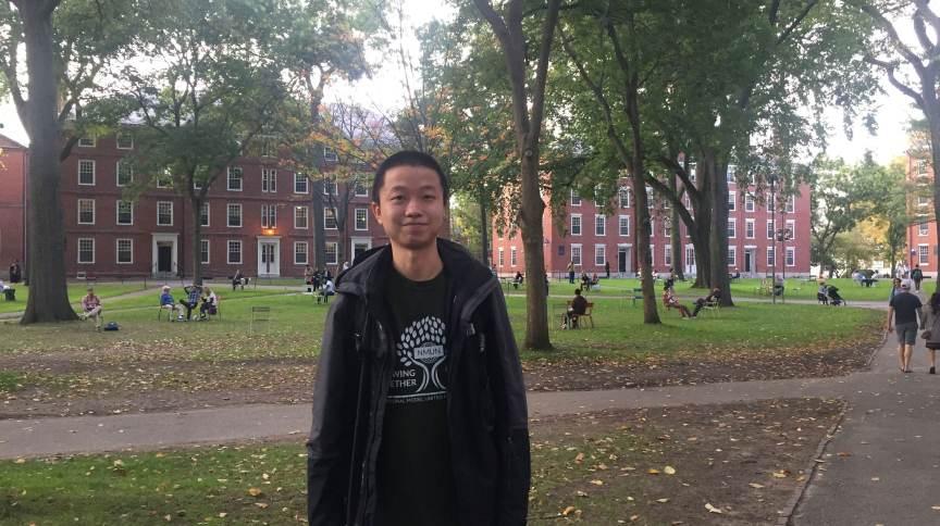 Dennis Hu teve seus estudos paralisados, primeiro pela Covid-19, depois por uma proibição de visto imposta pelo governo Trump