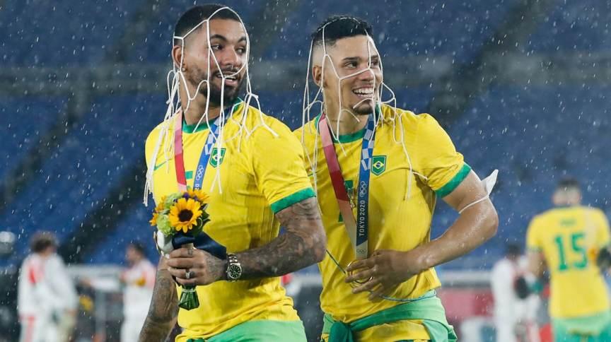 Lembrança dos Jogos: Douglas Luiz e Paulinho pegaram pedaço da rede de um dos gols do estádio de Yokohama
