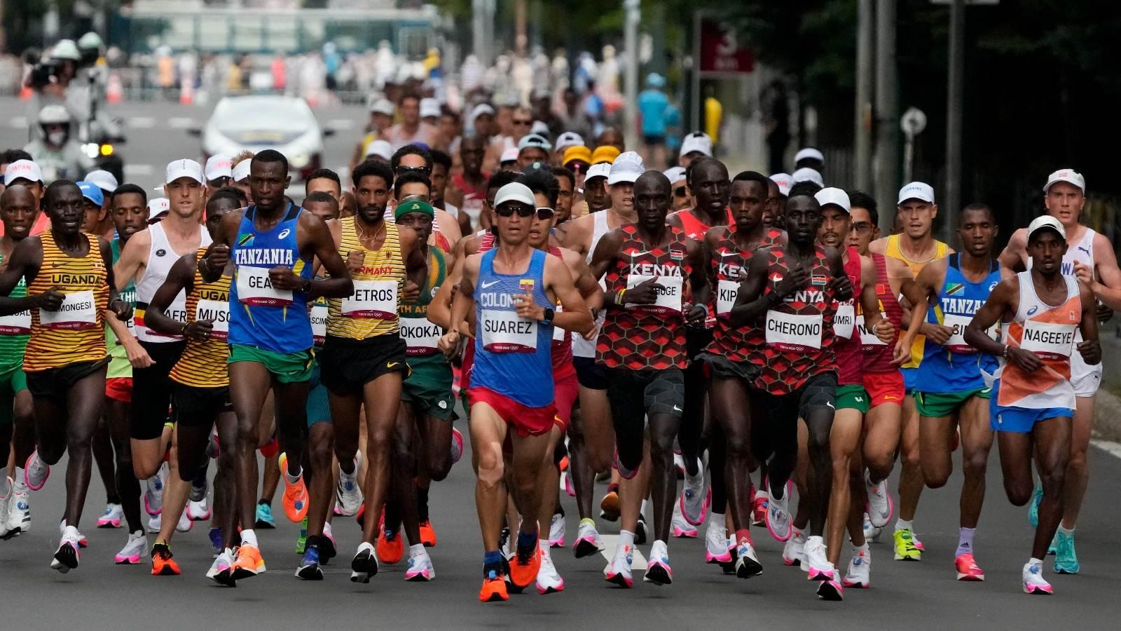 Corredores competem durante a maratona masculina nos Jogos Olímpicos