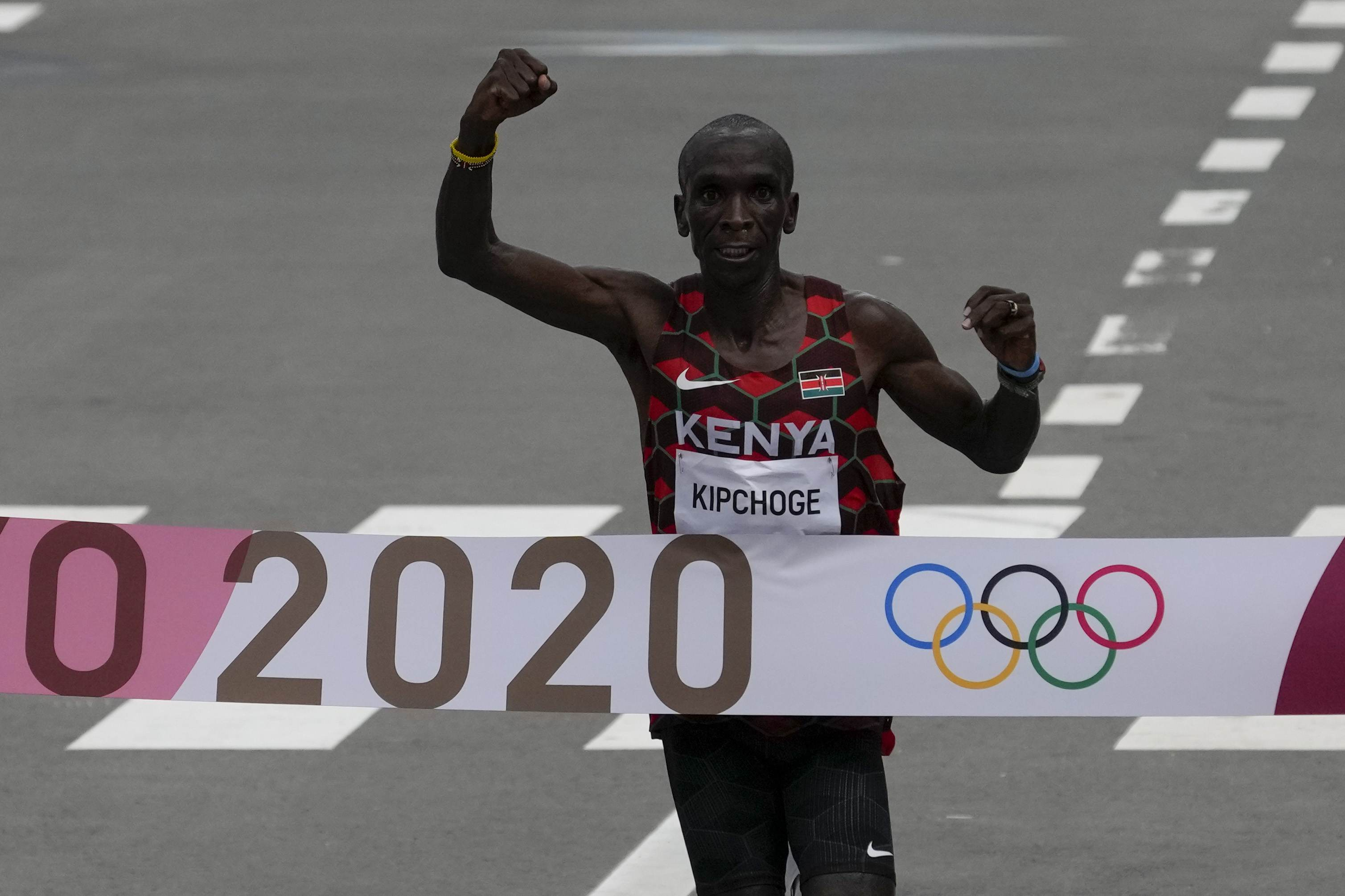 Eliud Kipchoge, do Quênia, comemora a conquista da medalha de ouro na maratona