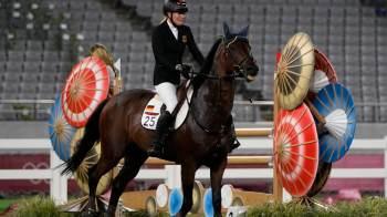 Técnica de pentatlo moderno da Alemanha, Kim Raisner foi flagrada batendo em um cavalo na última sexta-feira (6) durante os Jogos
